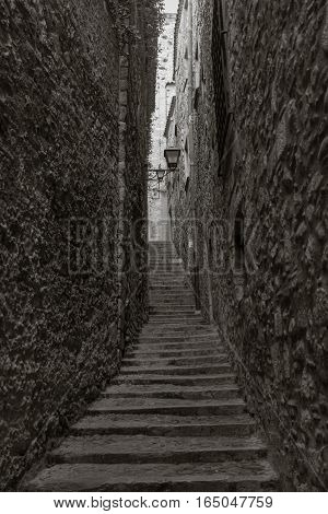 A small winding street in the old districts of Giorna