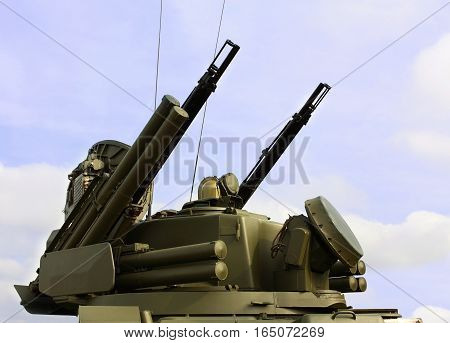 Self-propelled ground-based combined short to medium range surface-to-air missile and anti-aircraft artillery weapon
