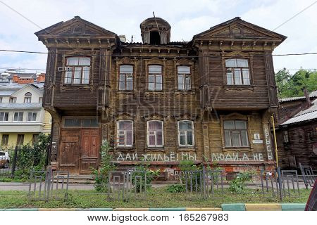 Nizhny Novgorod, Russia. - July 14.2016. Old residential two-storey wooden house on Slavyanskaya Street 4. On the wall of a building inscription mayor give accommodation we humans and not the rats