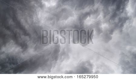 Begins a strong thunderstorm, heavy dark clouds, hurricane