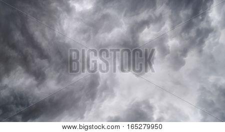 Begins a strong thunderstorm, heavy dark clouds, hurricane