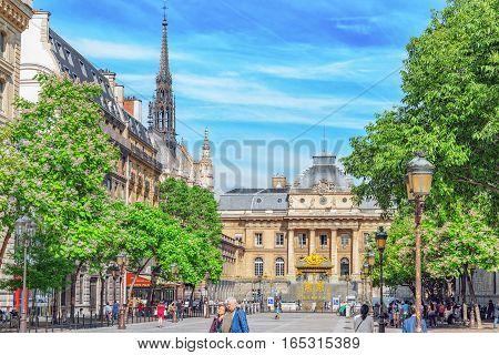 Paris, France - July 08, 2016 : Paris Courthouse (palais De Justice De Paris) With People On The Str