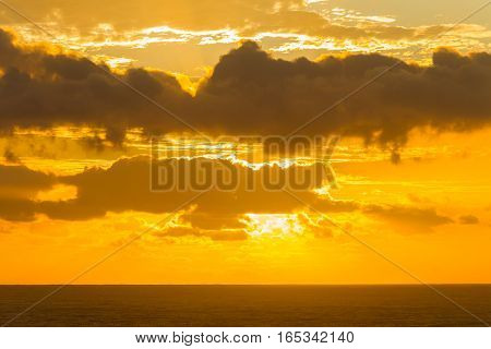 Ocean horizon clouds dawn sunrise sunset rays colors contrasted seas landscape