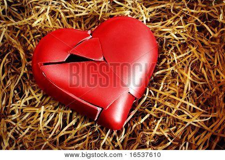 Foto con un corazón roto, protegido con la paja