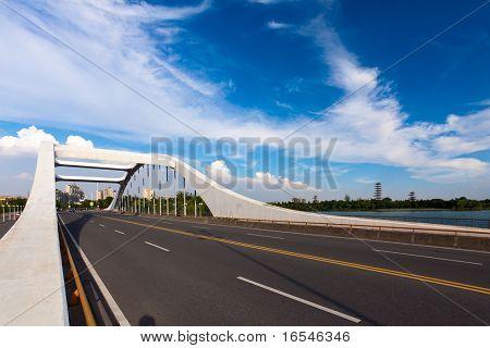 camino a través del puente con fondo de cielo azul de una ciudad.