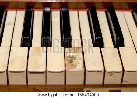 antikvariatas the old brown Grand piano with broken keys