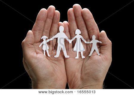 Ausschnitt Papier-Kette-Familie mit dem Schutz von schalenförmige Hände, Konzept für die Sicherheit und Versorgung