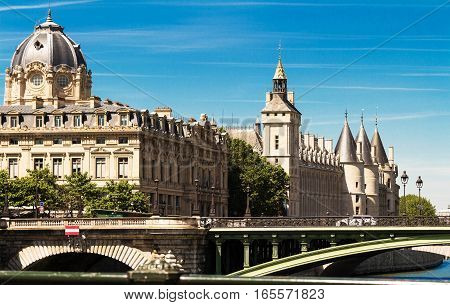 The building of Commercial Court of Paris was built in 1860-1865 by French architect Antoine- Nicolas Bailly.