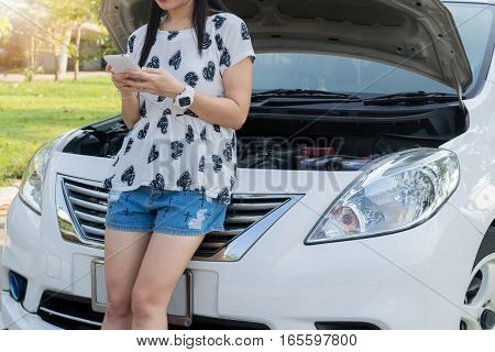People viewing engine cars And are using smartphones By car mechanic Car broken