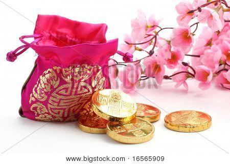 China decoración de año nuevo--bolsa de dinero tradicional, moneda de oro y flor del ciruelo rosado.