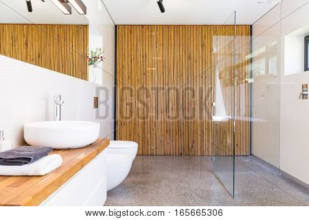 Bathroom With Wooden Divider Idea