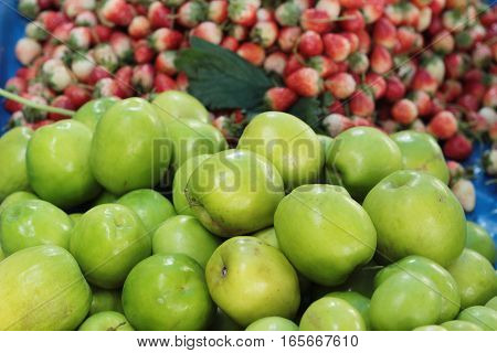fresh apple green in the market is delicious