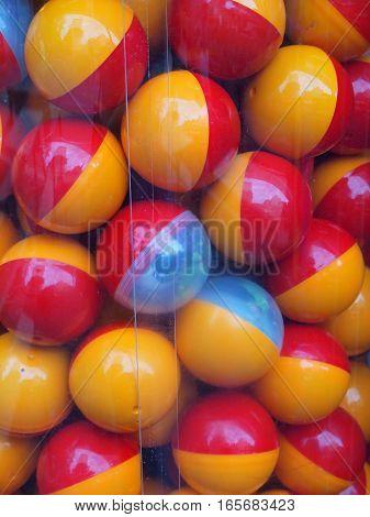 Palline colorate all'interno di un contenitore trasparente