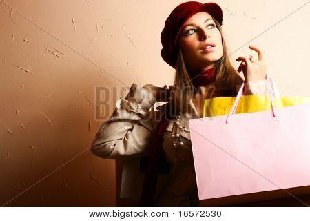 Retrato de jóvenes hermosas mujeres con sus bolsas de compras