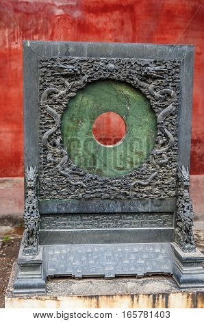 Beijing the Forbidden City. Hall of Mental Cultivation . Round jade wall outside the gates of the pavilion Yansindyan . In the center of the wall - hole. Dark green jade .