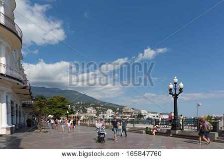 YALTA CRIMEA RUSSIA - SEPTEMBER 12.2016: Pedestrians on the seafront of Yalta