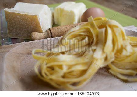 ingredients and utensils to prepare fettuccine alfredo