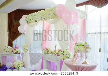 Decoration With White, Pink And Purple Balloons For A Wedding