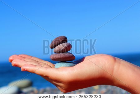 Avuç Içinde Bulunan Dizilmiş Taşlar Ve Deniz Manzarası