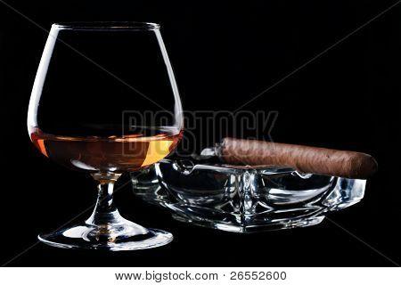Vidrio de la copita de coñac y puros