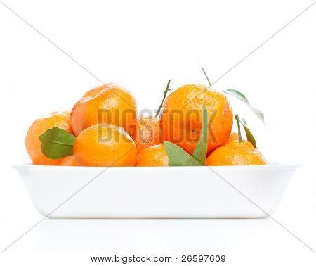 Mandarinen mit Blättern isolated over white