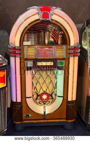 Details Of Retro Jukebox: Music And Dance In The 1950s.