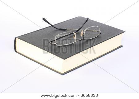 Gläser an einem Buch
