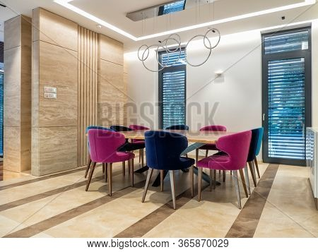 Strong colors and good lighted dinning room