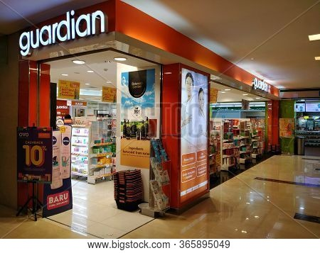 Wtc Ii, Sudirman, Jakarta, Indonesia - April 28, 2020 : Minimarkets That Sell Drugs, Open In Office
