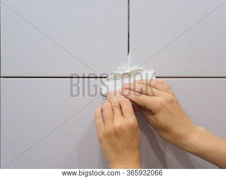 Girl Covers The Joints With Putty In The Bathroom. Repairs