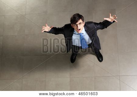 Bild der junge Geschäftsmann in Gläsern. Ansicht von oben