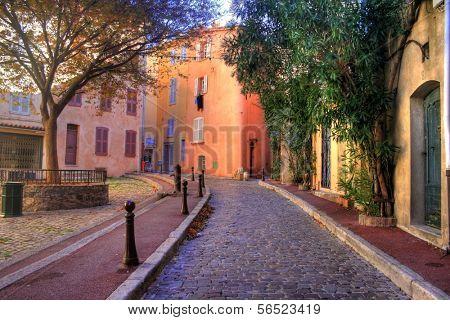 Narrow alley in Saint Tropez at C�´te d'Azur, France