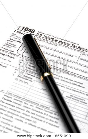1040 income tax form and a pen