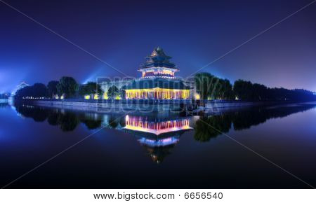 This is the 600 years of emperors in ancient China where he lives, the Forbidden City. The picture o