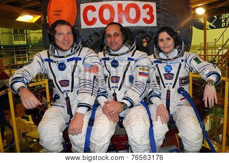 ISS Increment 42-43 Crew Before Launch On Soyuz Tma-15M