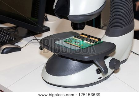 Ergonomic eyepieceless stereo microscope with high performance stereo viewer for a wide range of precision tasks requiring magnification