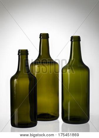Bodegon de Botellas de vidrio sobre fondo blanco