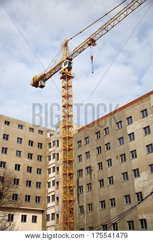 Construction of an unfinished apartment house with the help of a construction crane