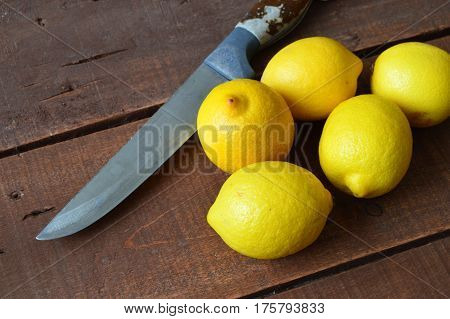 Knife and lemon pictures ready to cut on the table,Fresh juicy lemon on top of the salad and fresh for the fishReady-to-serve lemon pictures,When the lemon is cut