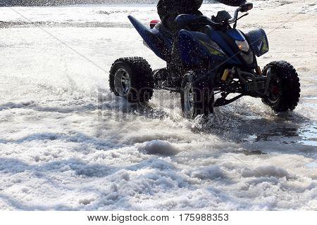 the quad bike rides on wet snow