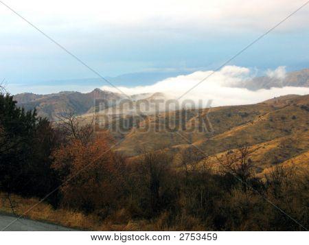 Nebel zwischen Hügeln