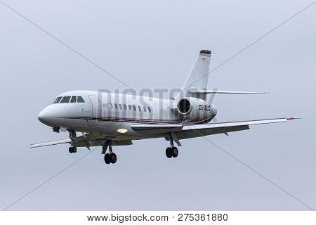 Farnborough, Uk - July 20, 2014: Netjets Dassault Falcon 2000ex Business Jet Aircraft Cs-dlc.
