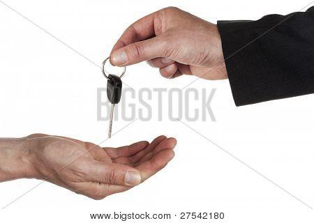 Hand des Menschen in der Wirtschaft gerecht behandeln Fahrzeugschlüssel über auf einer anderen hand