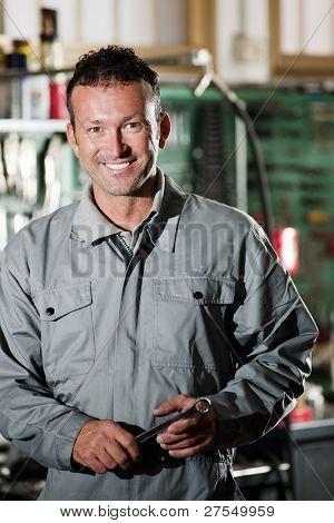 close up of lächelnd Mechaniker in seinem Auto-Werkstatt