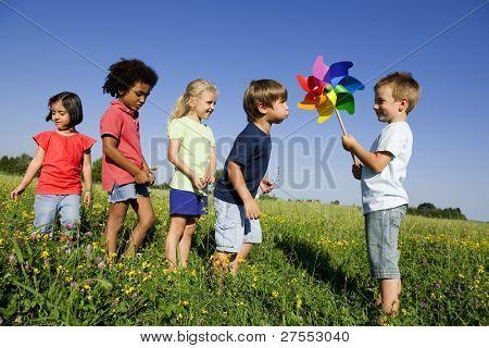 Kinder erleben alternativen Energie von Blasen an Windmühle