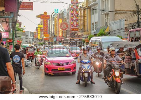 Bangkok/thailand - 21 June 2017 : Unacquainted Thai People Or Tourist Walking In Bangkok China Town