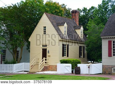 Williamsburg, Virginia, U.s.a - June 30, 2020 - A Beautiful Small Colonial House On The Street