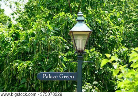 Williamsburg, Virginia, U.s.a - June 30, 2020 - The Light Pole With Road Sign Into Palace Green On T