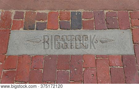 Williamsburg, Virginia, U.s.a - June 30, 2020 - A Brick Walkway With A Sign Towards Palace Green