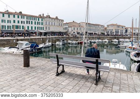 Saint Martin De  Re, Charente Maritime / France - 05 01 2019 : Young Bald Man Surfing Texting In Sma